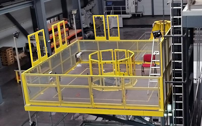 Sonderanlagen der Bartscher GmbH, eine 30 Meter hoche Wand-Hebebühne, bearbeiten der Produkte von 360 Grad möglich