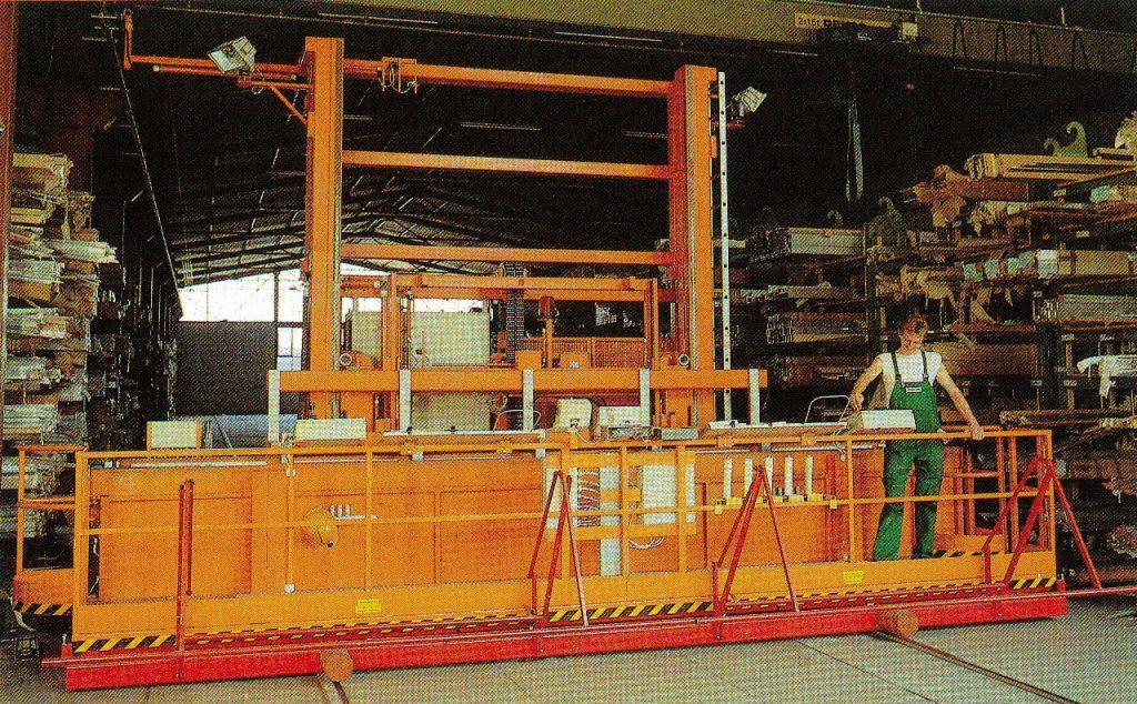 Regalbediengerät mit Arbeitstisch (Tragf. 3000kg)
